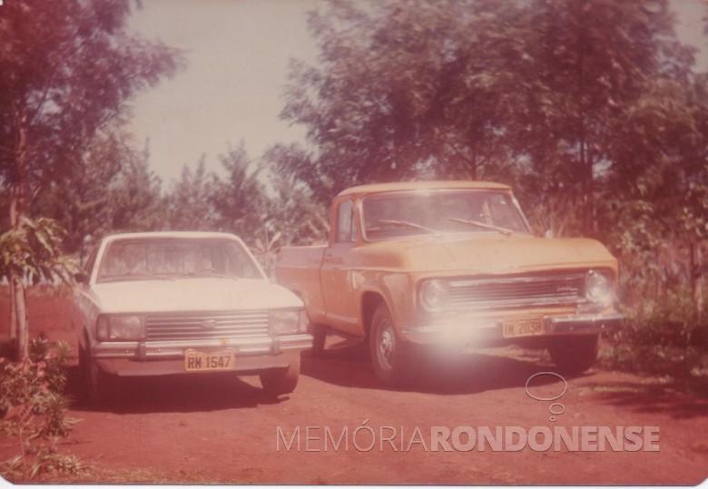 Veículos (Ford Corcel II e pickup Chevrolet de propriedade do casal Maria e Adolfo Oscar Kunzler.