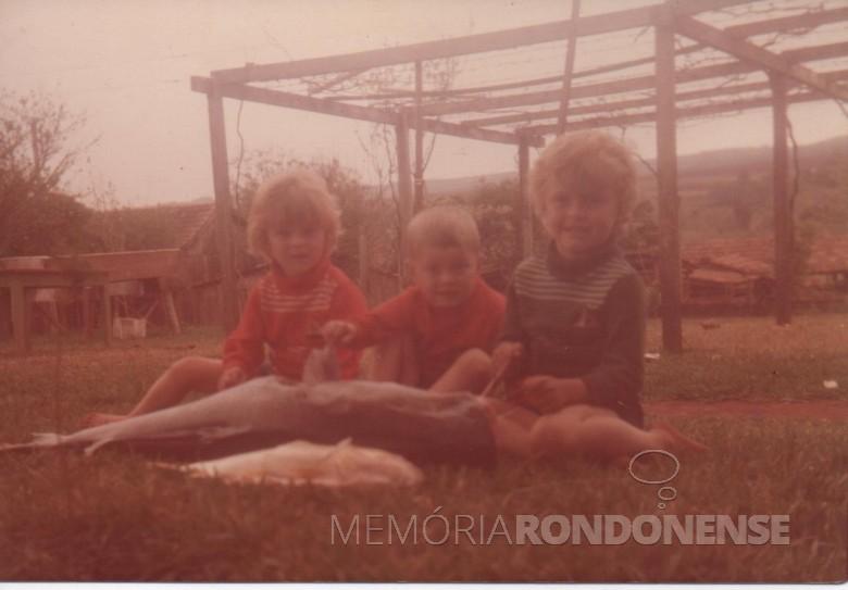 Claci Maria, Renato  e Darci filhos do casal pioneiro Maria e Adolfo Oscar Kuznler, com peixes pescados no Rio Paraná.