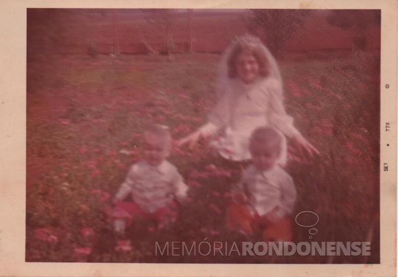 A filha Ilse, em sua primeira comunhão,  fotografada na companhia da irmã Claci Maria (d) e o irmão Darci.