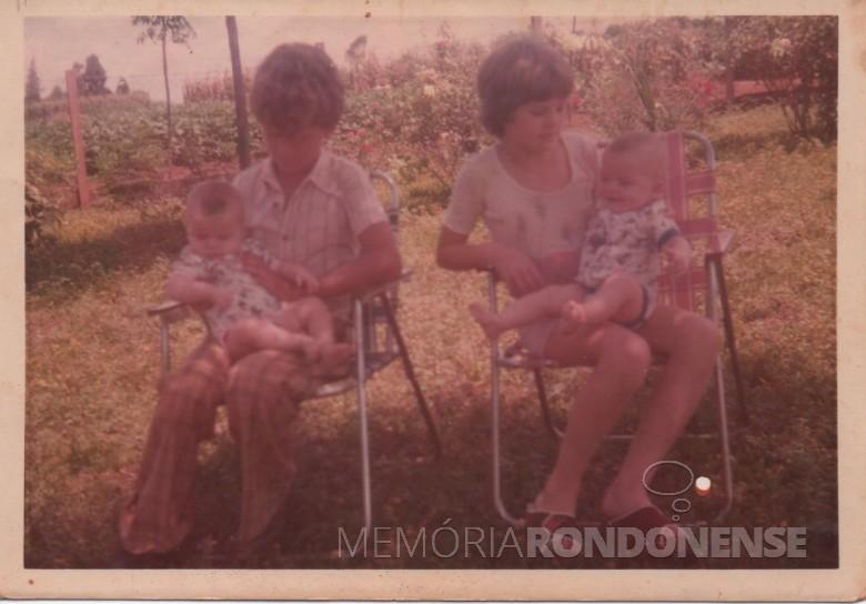 Os irmãos Ivo (e) e Ilse com os gêmeos  Claci Maria e Darci no colo.