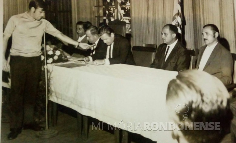 Transmitindo a sessão da Câmara Municipal de Marechal Cândido Rondon. Da esquerda à direita: 1º - não identificado, 2º -vereador Harry Pydd, 3º - vereador Harry Feiden. Demais não identificados.