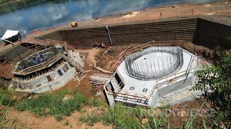 Em fase de conclusão dois blocos de fundação, onde será instalada a torre de sustentação da ponte no lado brasileiro. A torre, que servirá como pilar para sustentar o tablado, terá 120 metros de altura.