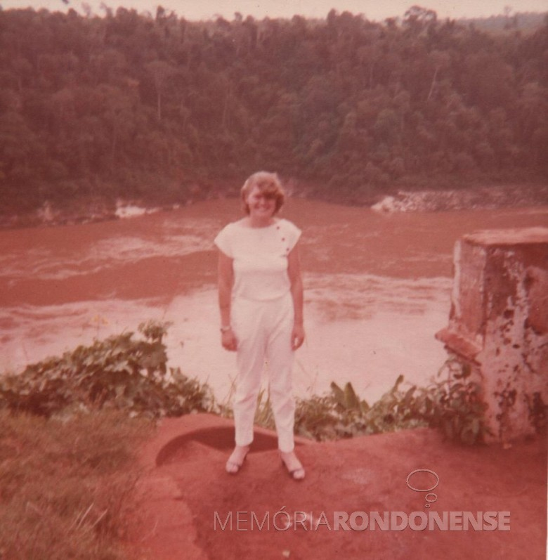 A filha Ilse fotografada junto ao ponto de descida ao Rio Paraná, no extinto Porto Mendes. Nota-se a cheia do rio.