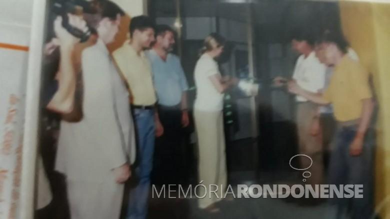 Inauguração da ampliação e melhoria da empresa em 31 de janeiro de 2003, com o descerramento da fita inaugural pelos proprietários Noemia (e) e Paulo Rempel e convidados.