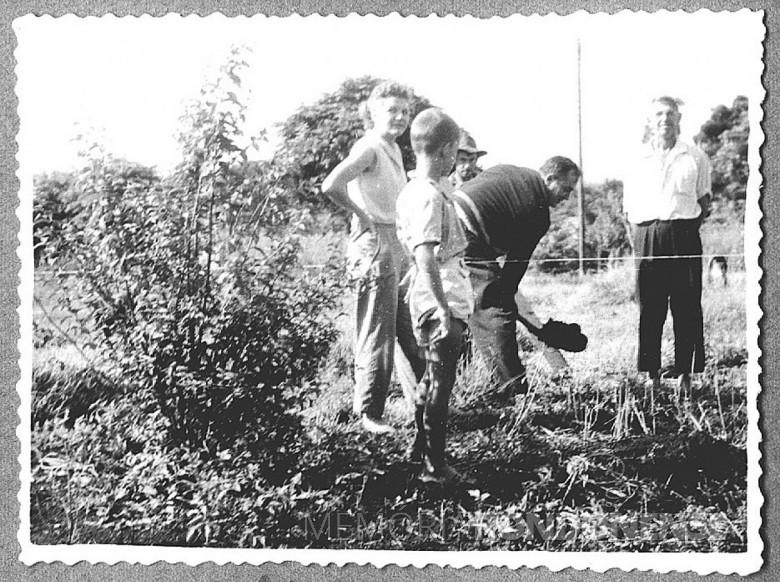 Dr. Seyboth  na companhia da esposa D. Ingrun e filhos tirando a primeira pá de terra na abertura da valeta para  implantação da primeira ampliação Hospital  e Maternidade Filadélfia,  em 1960.