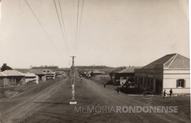 Avenida Grande do Sul vista a partir da Rua D. João VI, sentido oeste.  Á direita, a casa comercial de Alfredo ainda hoje existente toda revitalizada.