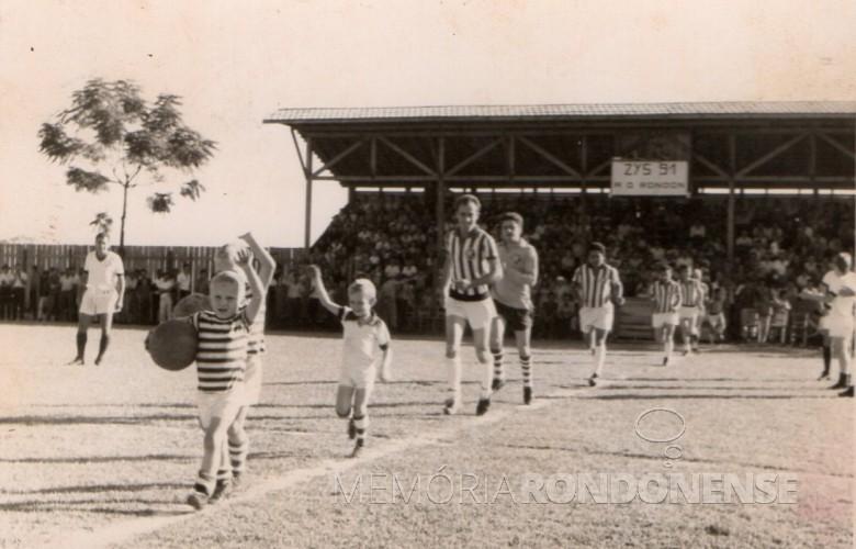No final da década de 1960, a equipe do Ec Botafogo adentrado no campo em seu estádio que ficava onde hoje está o Bairro Botafogo.