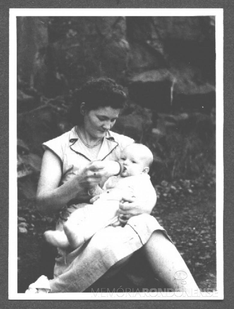 Senhora Sulmira, babá contratada pelo casal  Ingrun e Dr. Friedrich Seyboth, dando mamadeira para o filhoPedro (Pedrinho) Seyboth , durante a
