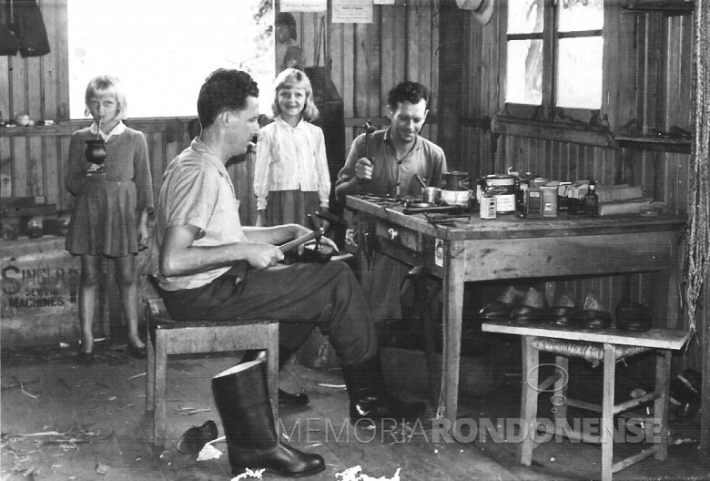 Sapateiro Gregório Kawacki, filhas e funcionário, em  1963. Anos depois o pioneiro abriu a lojas de calçados Paraná, à Rua São Paulo, entre a Avenida Maripá e a Rua Tiradentes.