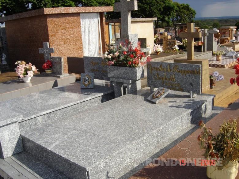 Outra vista do jazigo Dr. Seyboth e esposa Ingrun, no cemitério público da cidade de Marechal Cândido Rondon, em 2006.