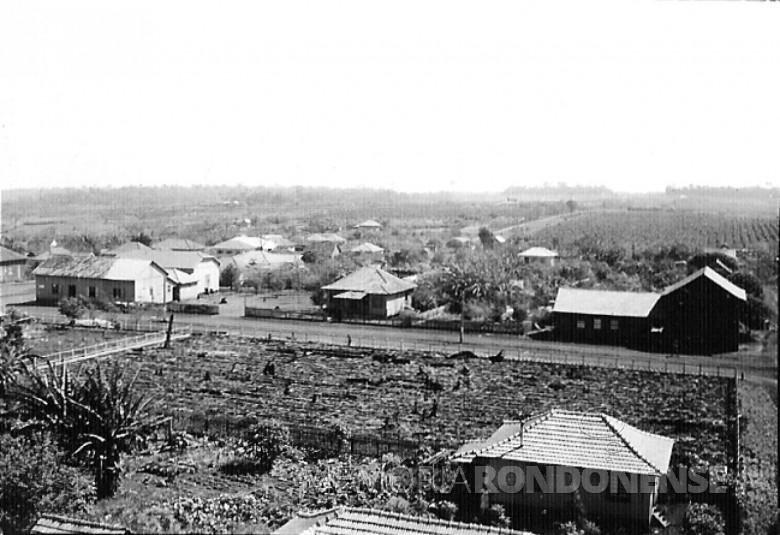 Primeiras moradias de General Rondon, em 1957, com vista da Rua 12 de Outubro, entre a Avenida Rio Grande do Sul e a Rua Santa Catarina.  À esquerda, o barracão de alojamento da Maripá e ao lado, a filial 1 do Empório Toledo.
