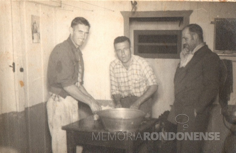 Pioneiros rondonenses Léo Borgmann (e), um dos primeiros mecânicos de Marechal Cândido Rondon; Arthur Mário Leduc (c), primeiro eletricista de Marechal Cândido Rondon. A outra pessoa não foi identificada.
