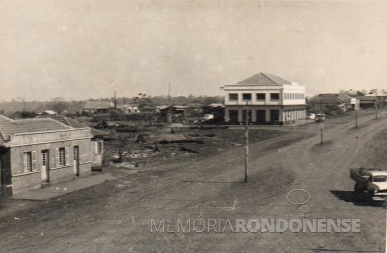 Avenida Rio Grande do Sul, com o prédio da Casa Rieger, ao fundo à esquerda.