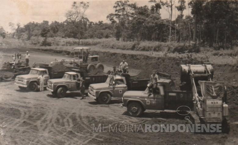 Caminhões da Prefeitura Municipal de Marechal Cândido Rondon trabalhando na preparação do campo do extinto Oeste Paraná Futebol Clube, hoje Estádio Waldir Schneider.