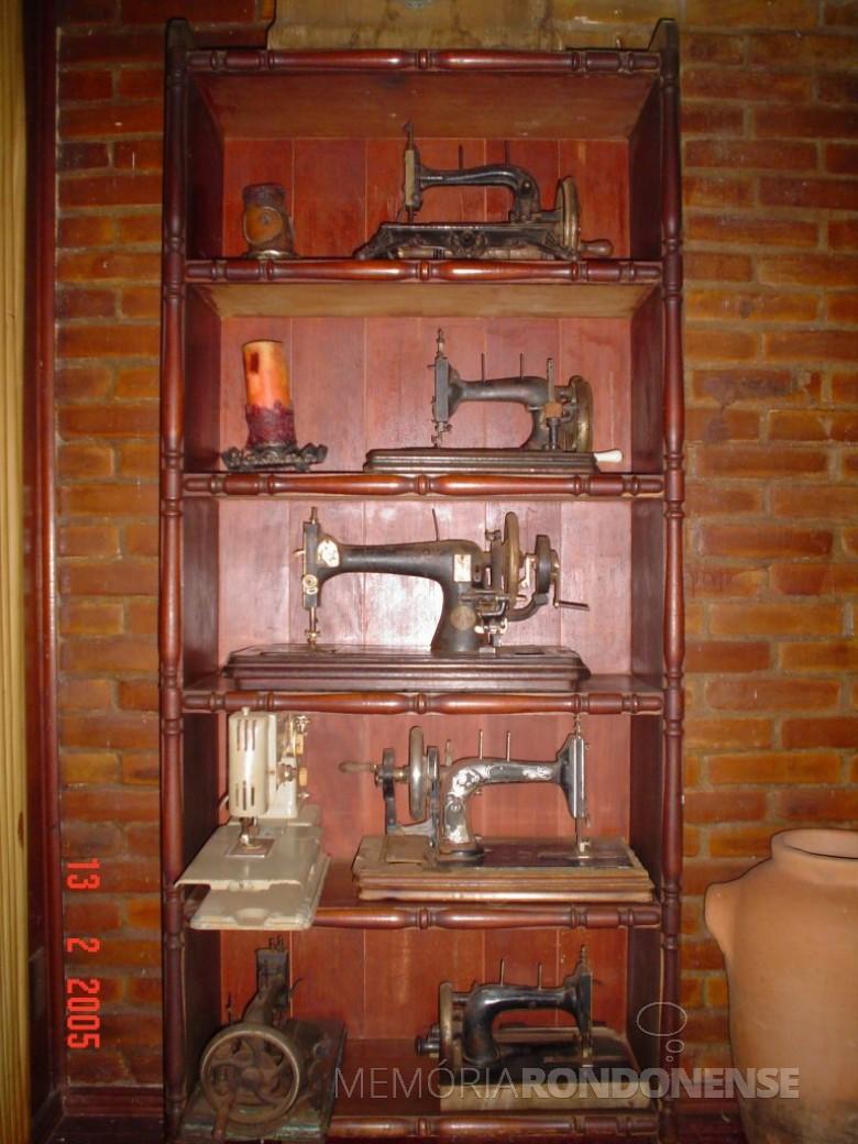 Casa da Família Seyboth - vista interna, com destaque para a coleção de máquinas de costura à mão, que pertenceu ao casal Ingrun (nascida Klagges) e Friederich Rupprecht Seyboth (Dr. Seuboth).