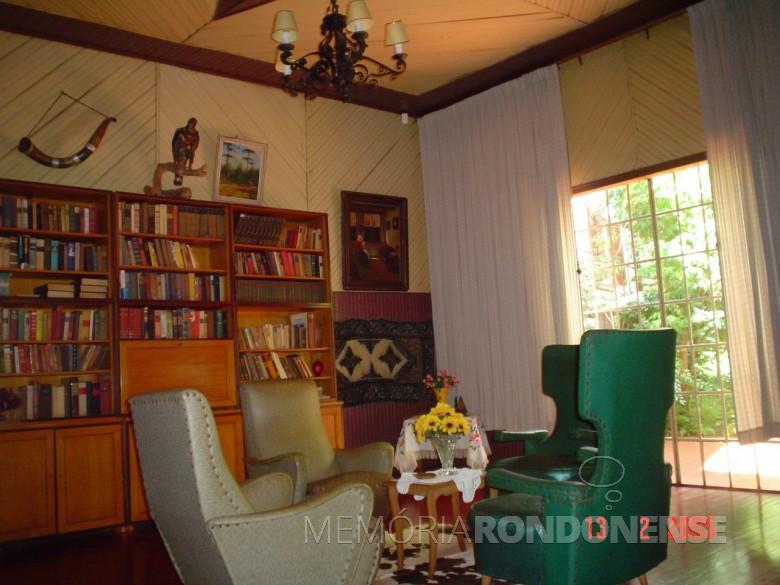 Casa da Família Seyboth - vista interna - sala de estar com biblioteca.