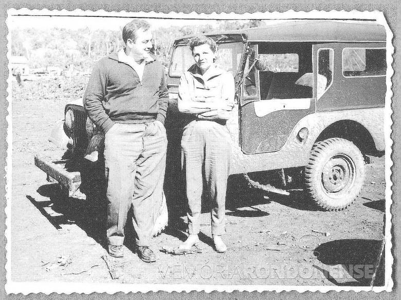 Dr. Seyboth e D. Ingrun  aguardando a balsa para a travessia do Rio São Francisco, em 1961.