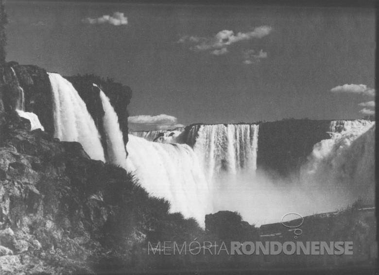 Mais uma vista noturna das Cataratas do Iguaçu, feita pelo imigrante alemão e pioneiro rondonense Heribert Hans-Joachim Gasa, em 1965.