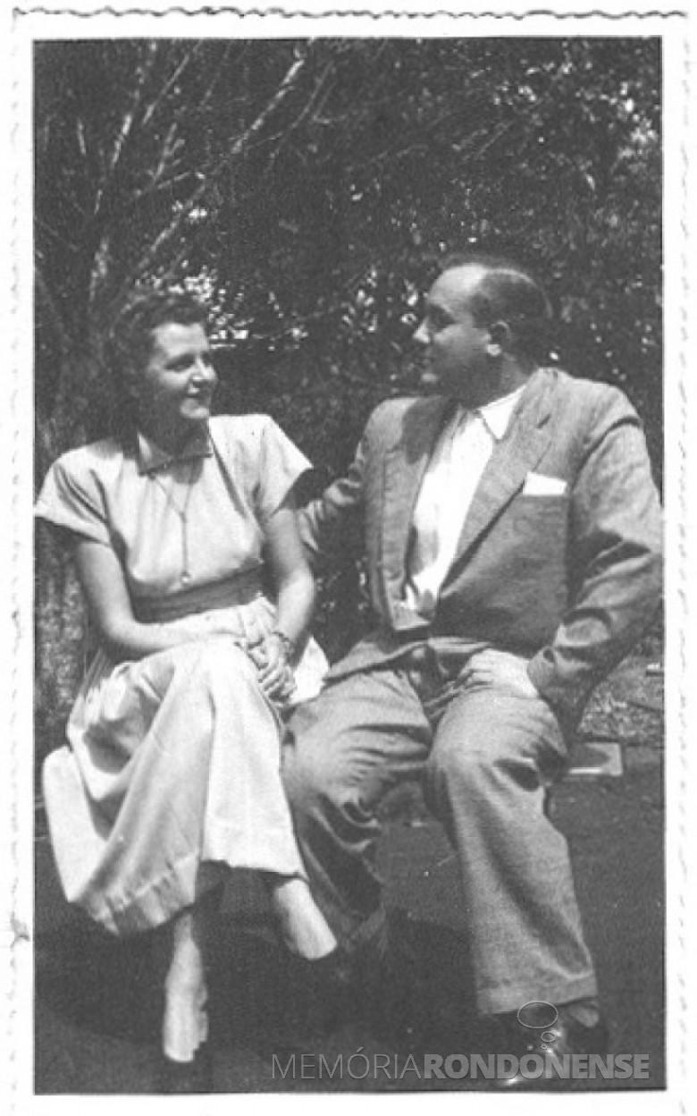 Dr. Seyboth e D. Ingrun sentados no páteo de sua residência em Ipira, SC,  em 1951.