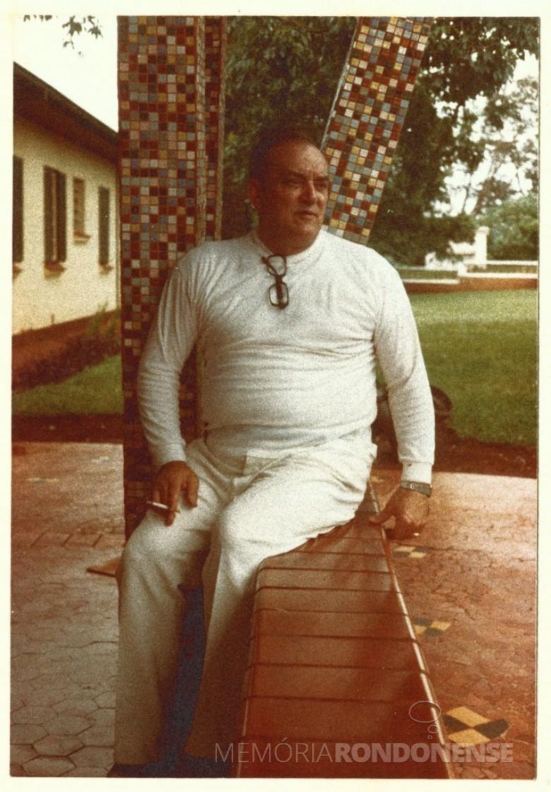Dr. Seyboth em frente ao Hospital Filadélfia, em 1978.