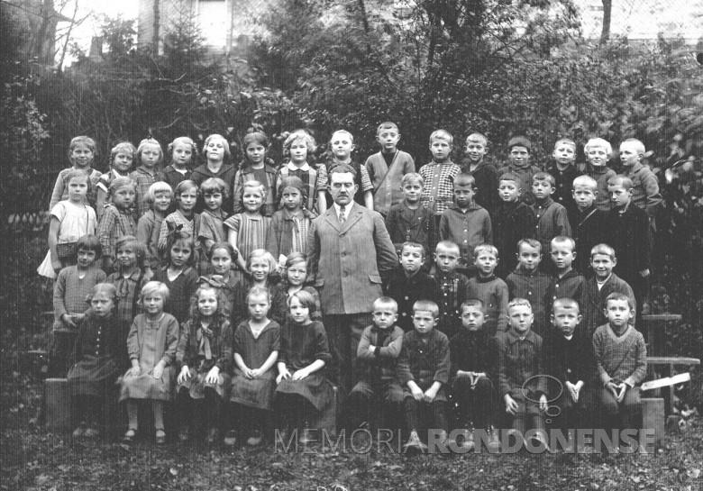 Ingrun Klagges,  em foto com a turma escolar, em  1926. A senhora Ingrun é a 6ª aluna, na segunda fila, de trás para frente, a segunda à direita do professor.