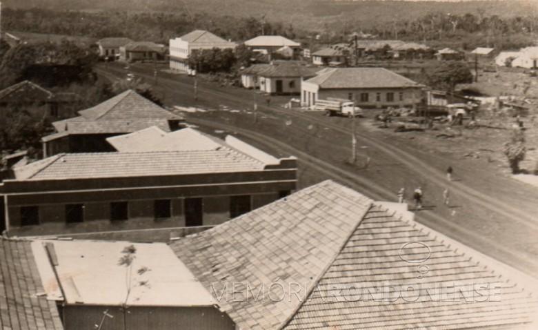 Avenida Rio Grande do Sul, no final da década de 1950.  Em primeiro plano, o telhado da casa comercial de Alfredo Nied; na sequência  a Casa Progresso ( venda de calçados), de Amário Saatkamp.  À direita da Avenida Rio Grande do Sul: 1ª - é a casa comercial (com caminhão ao lado), de Irmãos Fidalski; logo em seguida, no outro lado, na esquina com a Rua Sete de Setembro, a casa comercial de Gualberto (Guni) Batscheke; depois o prédio da Casa Rieger; em seguida, as Lojas Tupinambá, de Ildefonso Portelinha; e, por último, a casa comercial de Carlos Kleemann.
