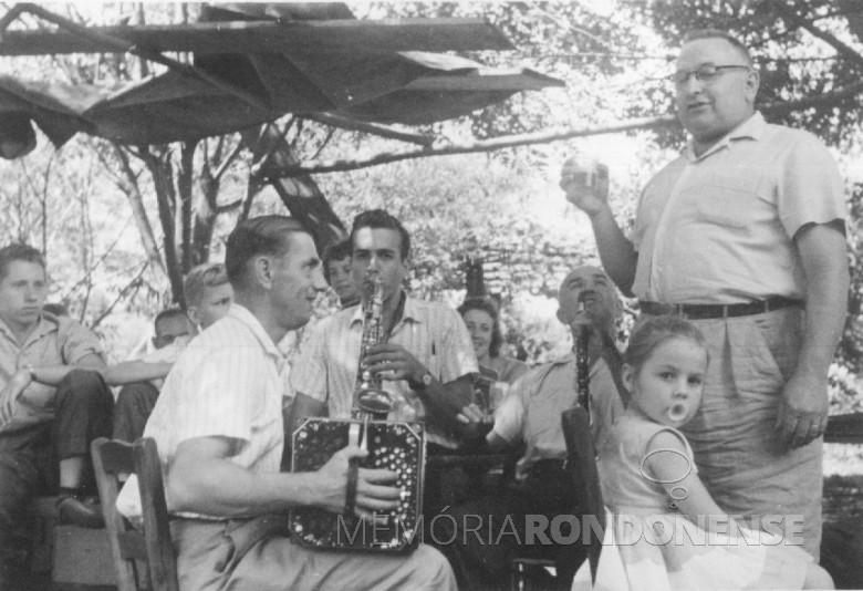 Sr. Ervino Freier ( de óculos, em pé),  com os músicos no Max Lindenau, em Vila Margarida, em  1960.
