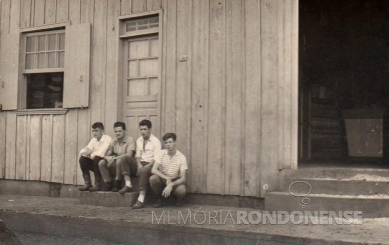 Os jovens pioneiros rondonenses, da esquerda a direita: Alfredo Bausewein, João Knopp, Guiñones (jogador de futebol) e Orlando Miguel Sturm