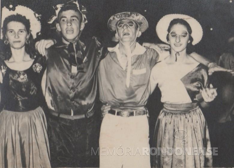 Foliões no baile de Carnaval no antigo Salão Wayhs, em 1957 ou 1958.