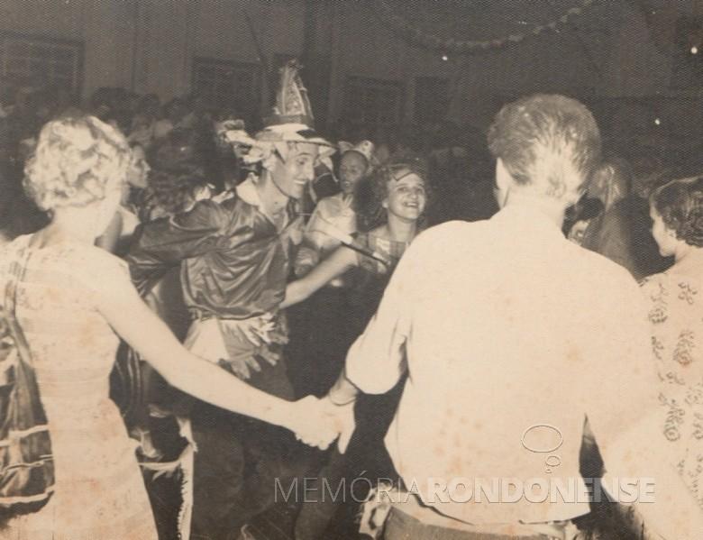 Baile de Carnaval no antigo Salão Wayhs, no ano 1957 ou no ano de 1958.  Ao centro, o jovem pioneiro Alfredo Bausewein.