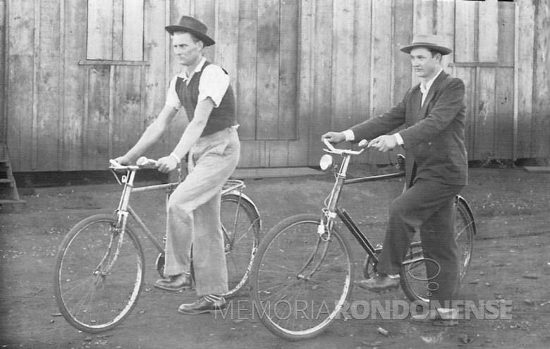 Arno Sippert e amigo de bicicleta, em 1952.