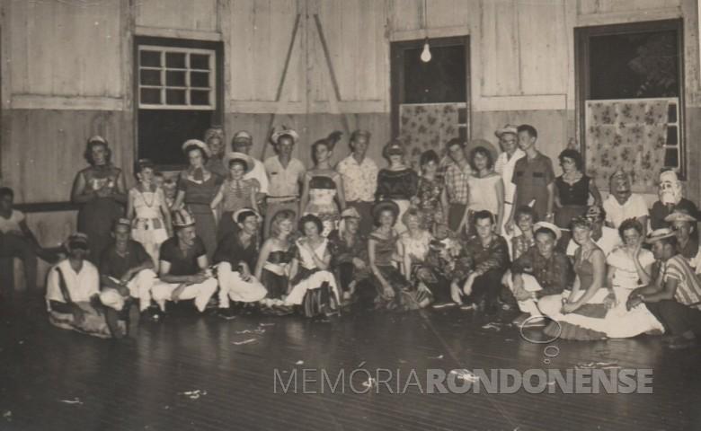 Grupo de foliões do carnaval de 1957 ou 1958.  Da esquerda a direita, dos sentados, a 4ª pessoa é Orlando Miguel Sturm.