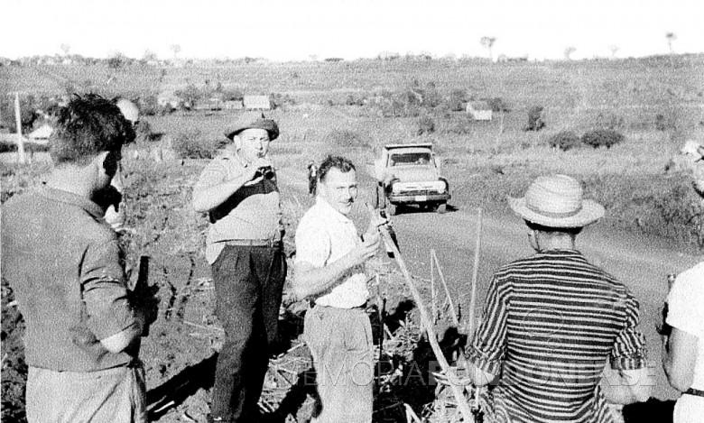 Mutirão para instalação de rede de luz elétrica de Novo Sarandi até General Rondon, em  1957. O senhor de garrafa na mão e aba de chapéu virada, é o pioneiro Helmuth Koch.