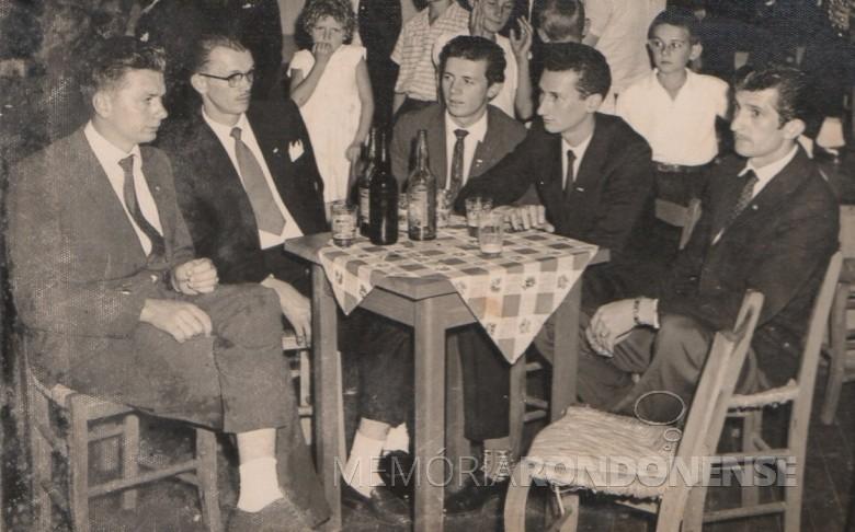 Jovens pioneiros rondonenses.  Da esquerda a direita: Erci Sturm, Ivo Pöttker, Orlando Miguel Sturm, Gernot Reuter e Alfredo Bausewein, fotografados durante baile no extinto Salão Wayhs.