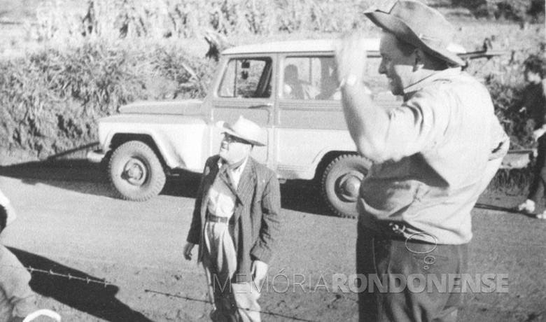 Mutirão para instalação de rede de luz elétrica de Novo Sarandi até General Rondon, em 1957. Na foto, Ary Branco da Rosa e o pioneiro Helmuth Koch.
