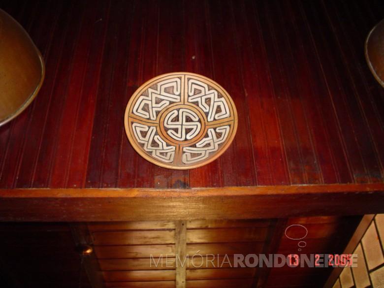 Casa da Família Seyboth - vista interna com outra peça artística deorigem indígena.