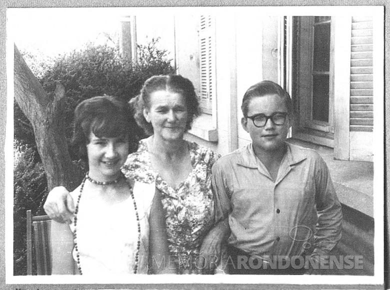 Iris End,  Maria Estela Seyboth e Dr. Hippi (Dietrich Rupprecht Seyboth, em Porto Alegre, no ano de 1960. Iris e Dr. Hippi são primos e a senhora Estela é avó dos dois e mãe do Dr. Friedrich Reupprecht Seyboth (Dr. Seyboth).