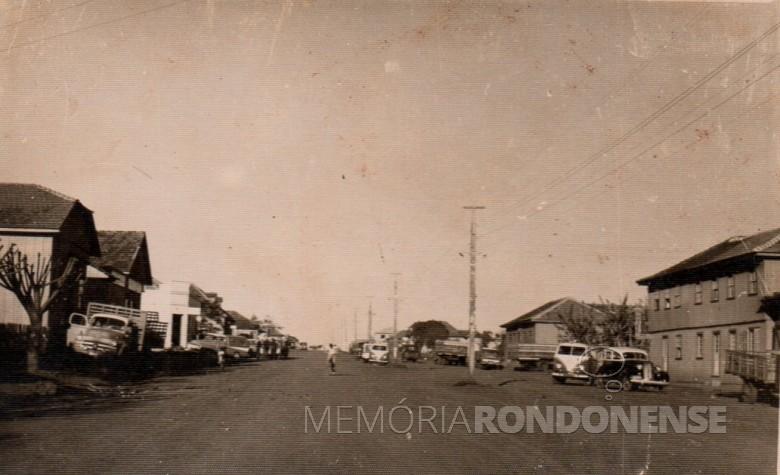 Vista da Avenida Rio Grande do Sul, aparecendo a direita o Hotel Avenida e a Comercial dos Irmãos Roesler;  e à esquerda o prédio o Empório Toledo (filial 1) e o prédio(de branco) que já foi sede da agência do extinto Banco Comercial do Estado do Paraná.