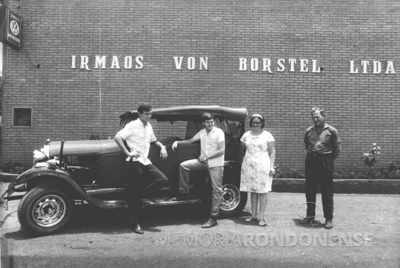 Pioneiro Edvino Von Borstel e esposa Edith Anna (nascida Schmitz), com os filhos, Frederico, Uso e Pedrao (esquerda à direita) em frente da empresa da família