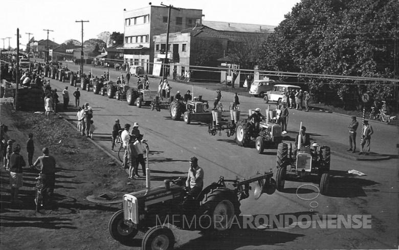 Desfile de tratores Valmet na festa do município de Marechal Cândido Rondon, no começo da década de 1970, pela Avenida Rio Grande do Sul, tomando a Rua Men de Sá, com destino a futura Praça Dealmo Selmiro Poersch