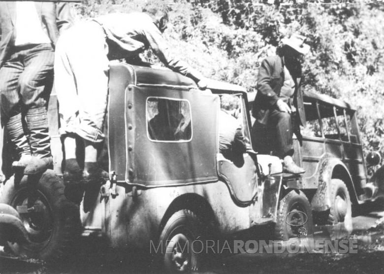 Atolados na estrada que liga Entre Rios a Santa Helena, em 1961.
