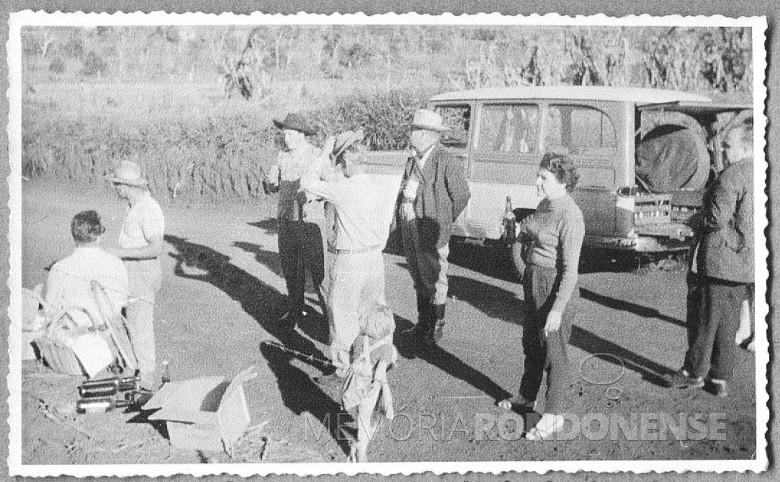 Mutirão para instalação de rede de luz elétrica de Novo Sarandi até General Rondon.  O senhor de paletó e braços cruzados nas costas, [e o sr. Ary Branco da Rosa, prefeito interino de Marechal Cândido Rondon, que coordenava os trabalhos da instalação da linha de transmissão de energia.