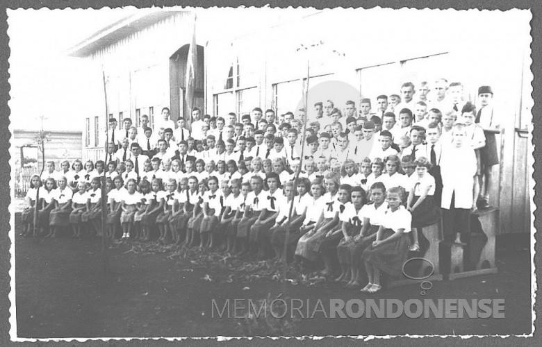 Alunos do 1º Grupo Escolar da então vila de General Rondon, em 1954.