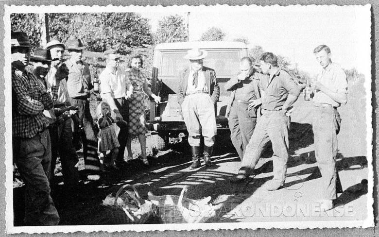 Mutirão para instalação de rede de luz elétrica de Novo Sarandi até General Rondon, em 1957.