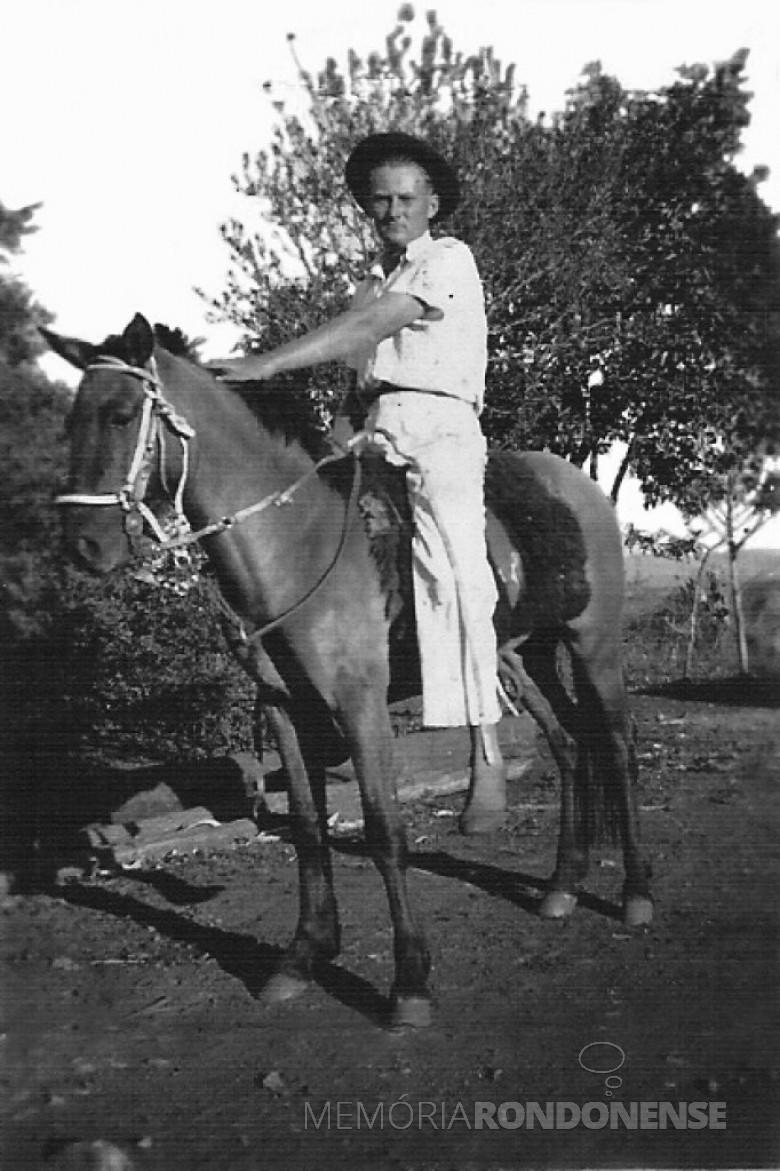 Arno Sippert à cavalo.  1951