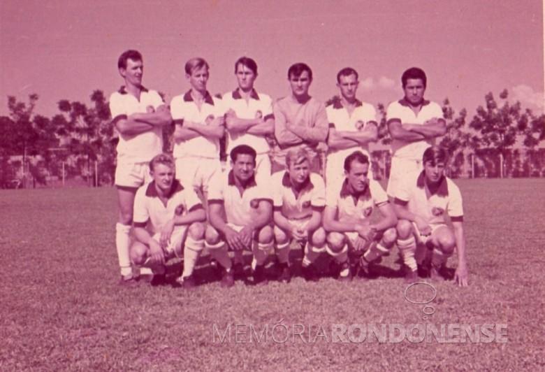 Outra formação do Oeste Paraná FC, na década de 1970.  Da esquerda a direita:  1º - não identificado, 2º - Rubens Luersen, 3º ao 6º - não identificados.  Agachados: 1º - Márcio Lemke (Vaca Braba), 2º - não identificado, 3º - Rui Luersen, 4º Guilherme (Willy) Hiller, e 5º - Harraldo Altmann.