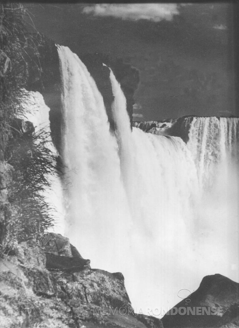 Outro detalhe das Cataratas do Iguaçu, a noite, feita pelo imigrante alemão e pioneiro rondonense Heribert Hans-Joachim Gasa, em 1965.