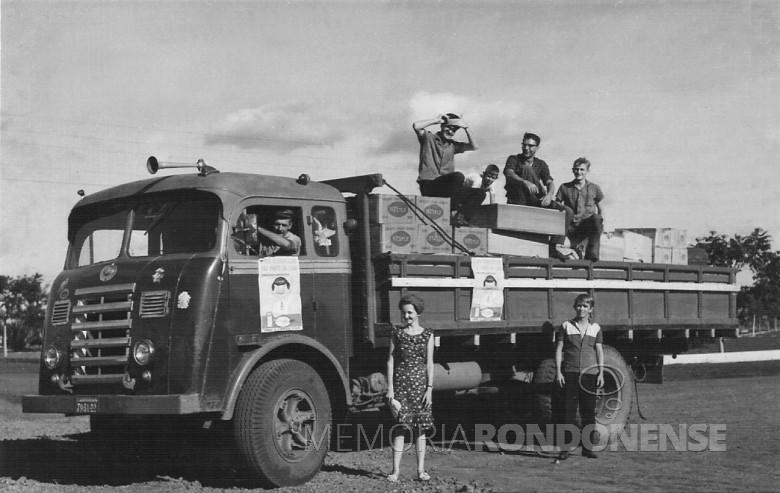 Astor Brenner e seu caminhão FNM, em 1964.