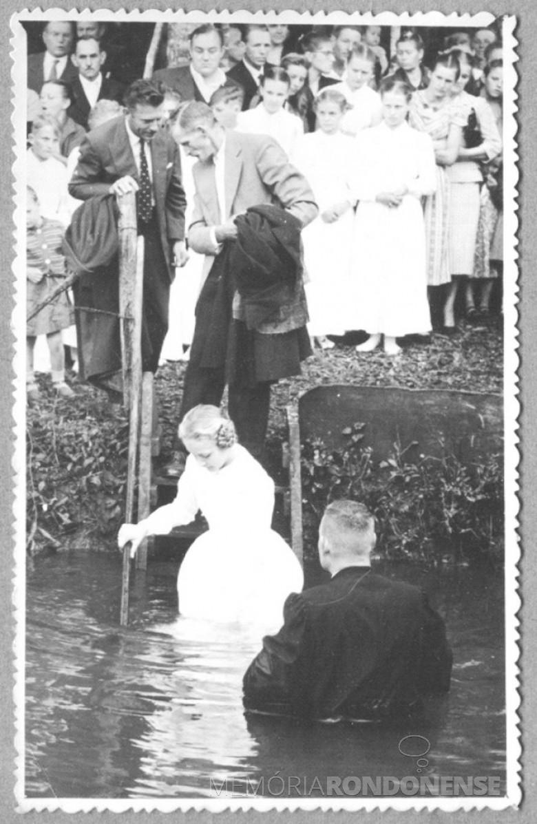 Batismo da pioneira rondonense Clair Winter, pertencente a 1ª Igreja Batista, em  1963.