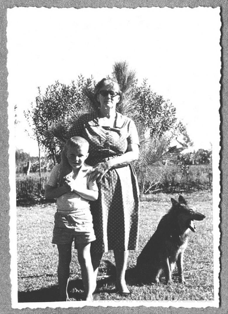 D.  Maria Estela( mãe do Dr. Friedrich Rupprecht Seyboth)  com o neto Pedro, em 1960, em Marechal Cãndido Rondon,